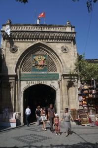 Ворота сложно не заметить, да и сам Базар является одной из главных достопримечательностей