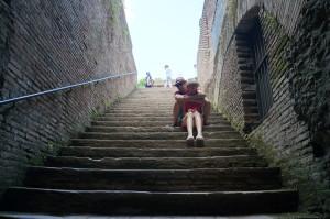 Много лесенок. Итальянцы вообще любят лестницы.