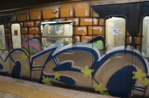 Это вагон в метро. В Риме всё метро и электрички расписаны граффити. Про стены я вообще молчу.