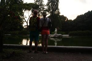 В центре парка красивый спокойный фонтан, вокруг на скамейках дедушки и бабушки