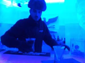 Колоритный бармен, похож на молодого грузина.